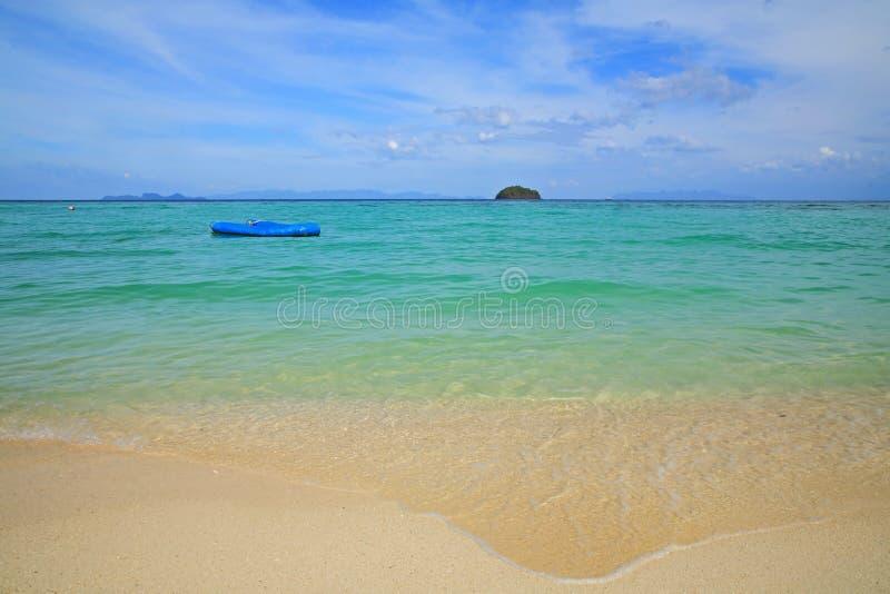 Barco inflável que flutua no mar de Andaman imagem de stock royalty free