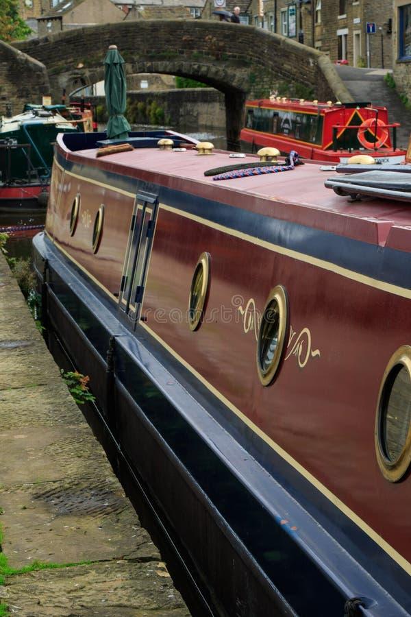 Barco largo de color rojo oscuro y azul fotografía de archivo