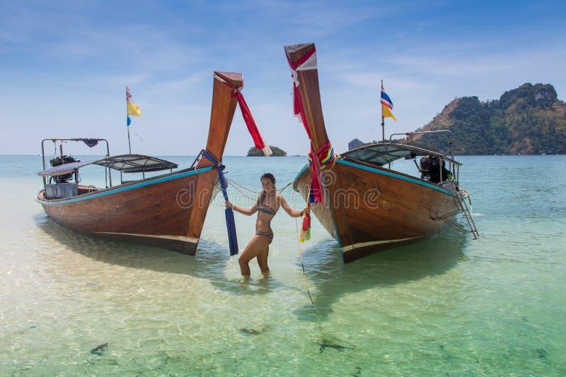 Barco largo y playa tropical, mar de Andaman, Tailandia foto de archivo