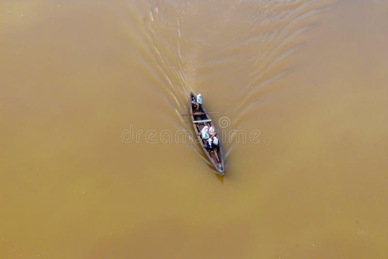 Barco local da vila do salvador durante a inundação em Kearala, Índia imagem de stock
