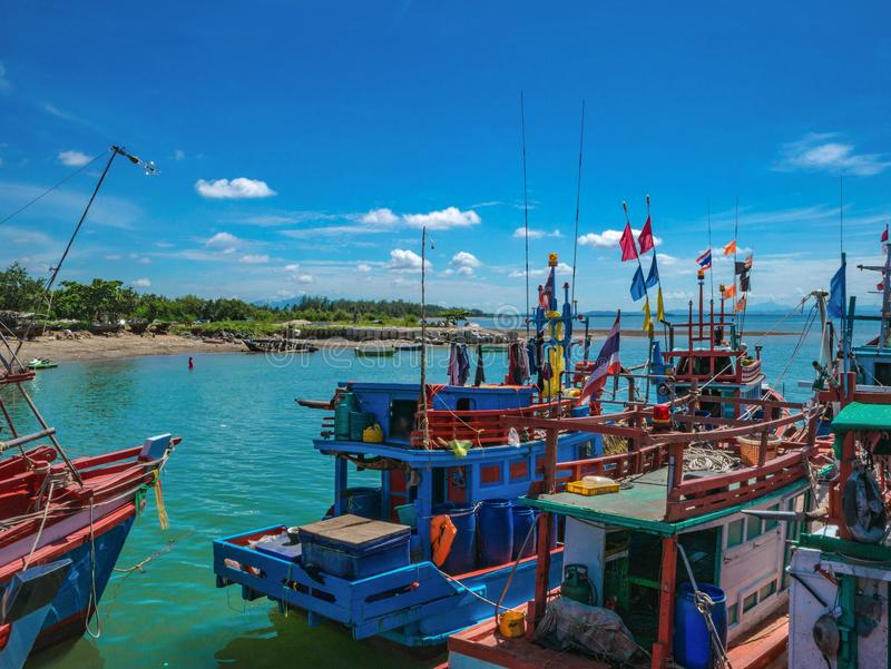 Barco local del pescador en el puerto fotografía de archivo
