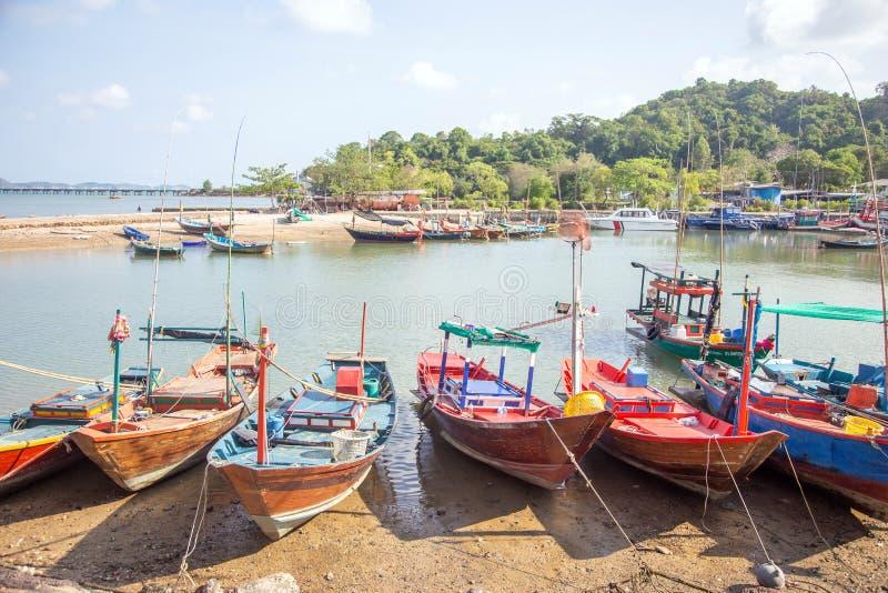 barco local del pescador en la costa para la industria de la agricultura del sefood fotos de archivo libres de regalías