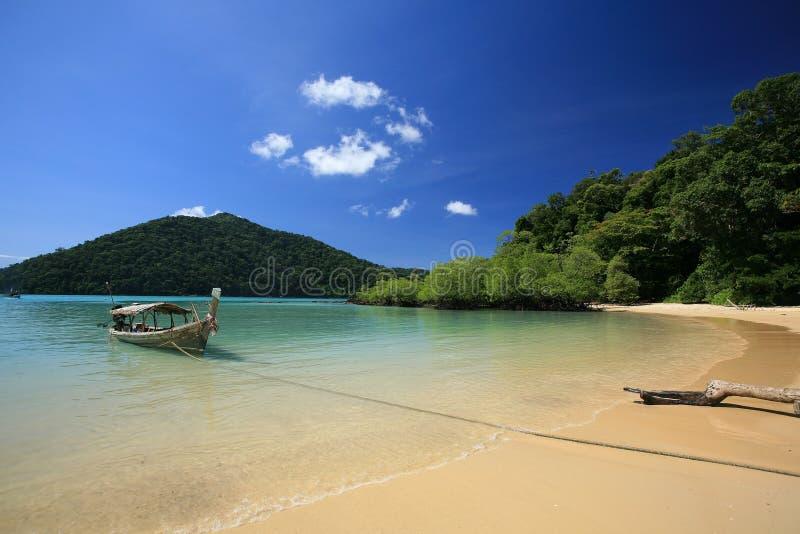 Barco Long-tailed que estaciona perto da praia tropical imagem de stock