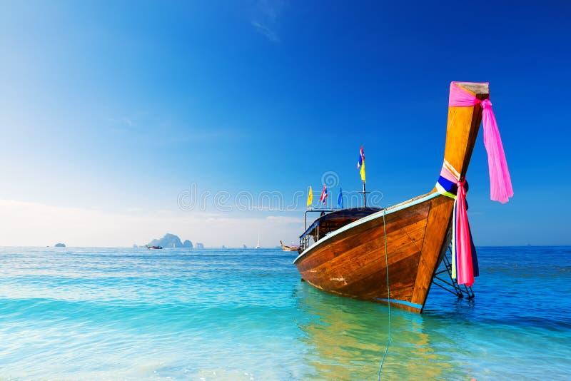 Barco longo e praia tropical, mar de Andaman imagens de stock royalty free