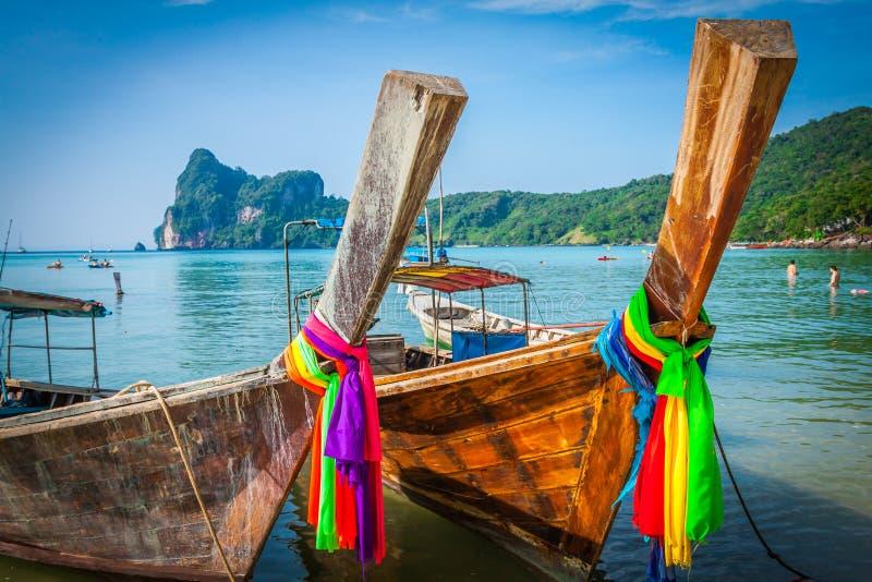 Barco longo e praia tropical, mar de Andaman, Phi Phi Islands, Thaila imagem de stock