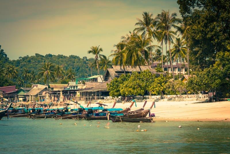 Barco longo e praia tropical, mar de Andaman, Phi Phi Islands, Thaila foto de stock