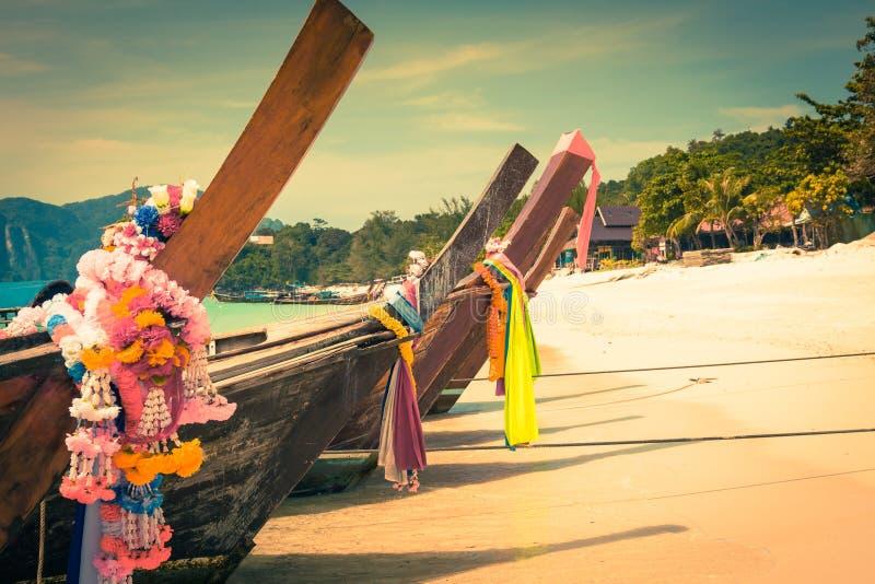 Barco longo e praia tropical, mar de Andaman, Phi Phi Islands, Thaila imagens de stock
