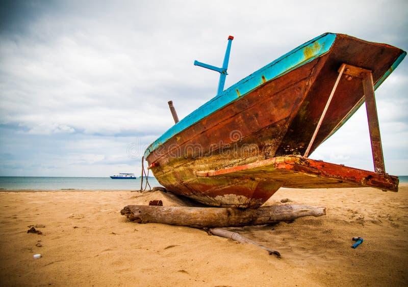 Barco longo tailandês na areia foto de stock