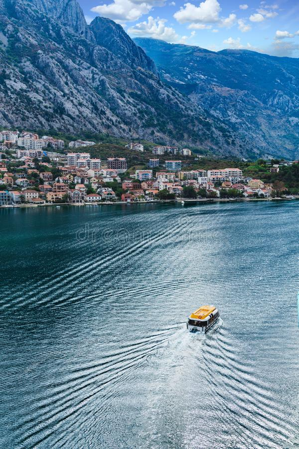 Barco macio em Kotor foto de stock