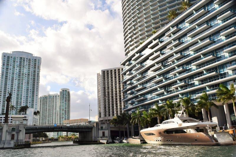 Barco mega no rio de Miami foto de stock royalty free