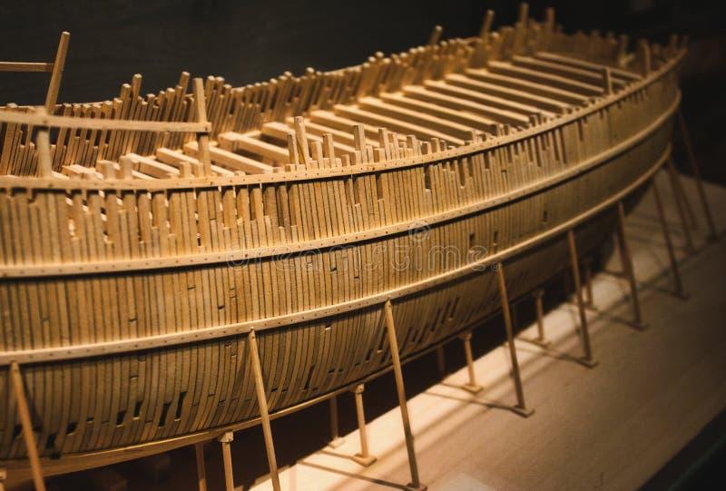 Barco modelo de madera de balsa en la construcción imágenes de archivo libres de regalías