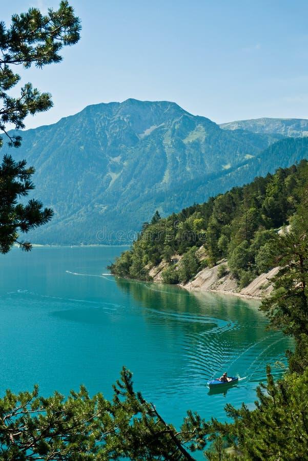 Barco a motor bonde no lago Achensee, entre Pertisau e Achenkirch, Tirol, Áustria imagens de stock royalty free