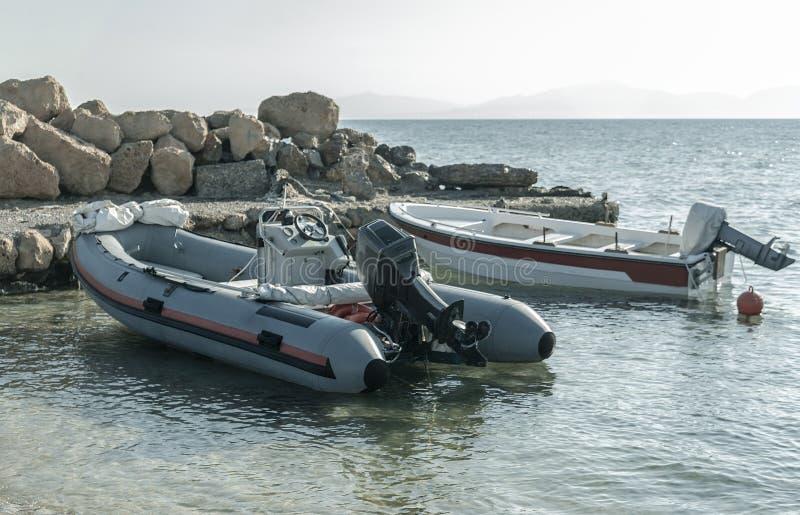 Barco a motor de borracha da paisagem do verão no porto imagem de stock