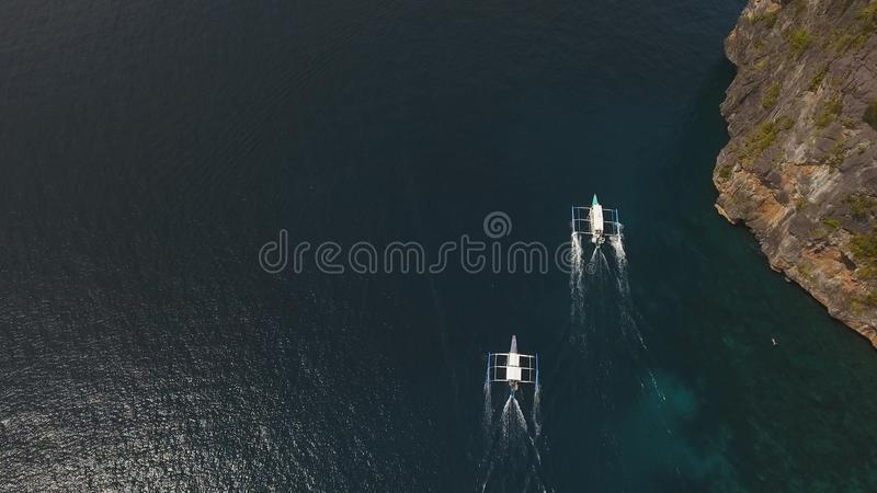 Barco a motor no mar, vista aérea imagens de stock
