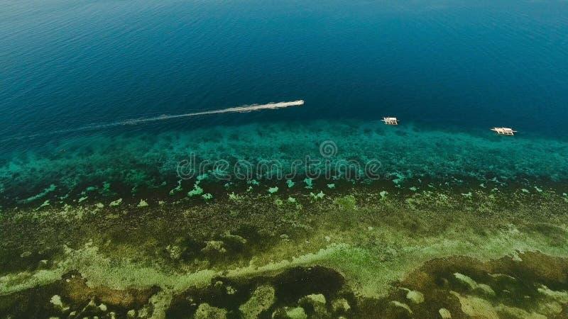Barco a motor no mar, vista aérea fotografia de stock