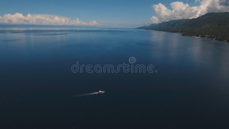 Barco a motor no mar, vista aérea Ilha Filipinas de Cebu imagem de stock