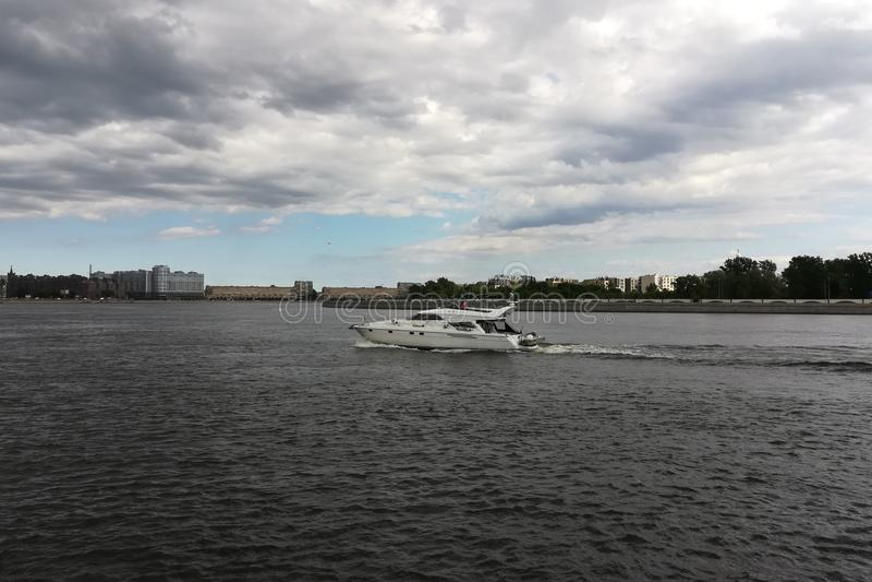 Barco a motor no rio na cidade fotos de stock