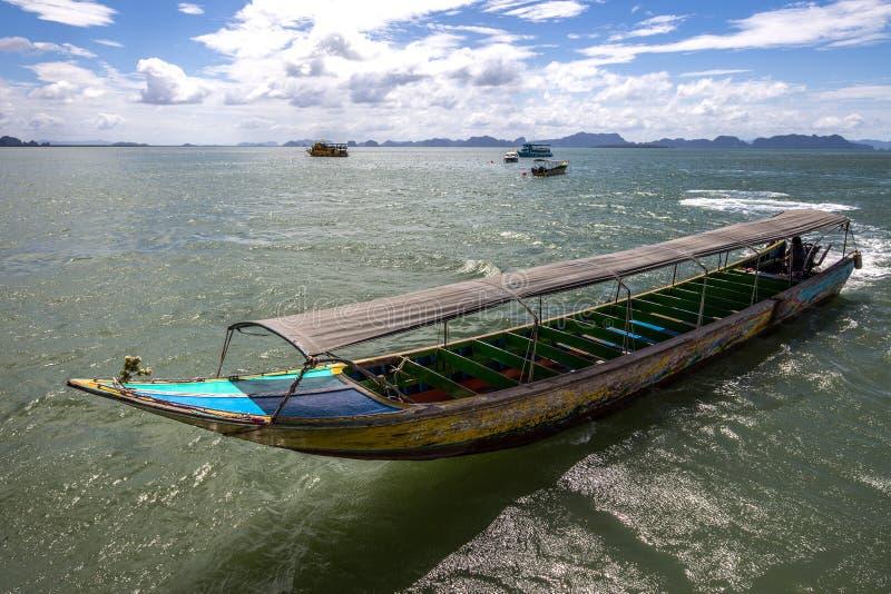 Barco motorizado de Longtail, Phuket, Tailândia fotografia de stock royalty free