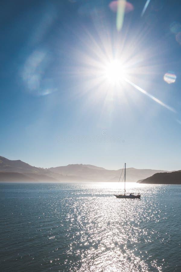 Barco na água com luz solar brilhante imagens de stock royalty free