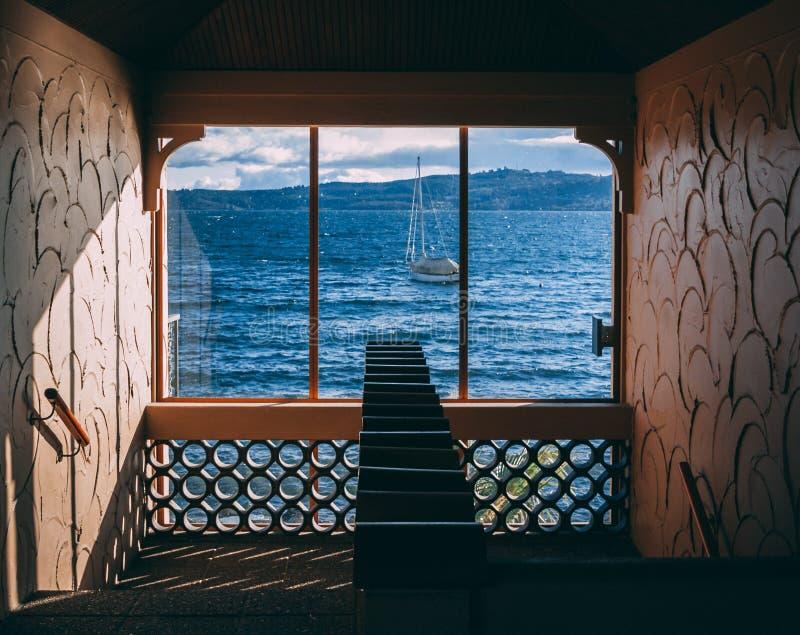 Barco na água como a janela completamente vista no poço de escada fotos de stock royalty free