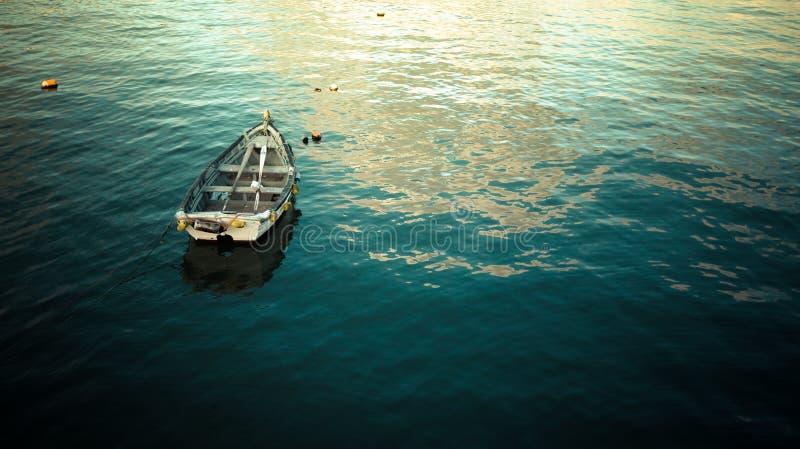 Barco na água lisa fotos de stock royalty free