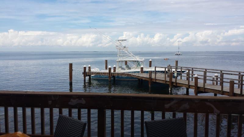 Barco na baía imagem de stock