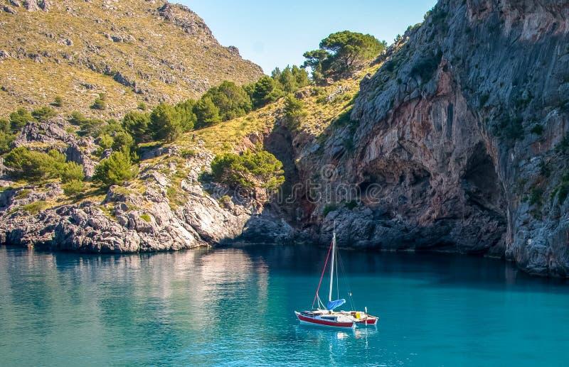 Barco na baía do mar Mediterrâneo, Espanha de Mallorca imagens de stock royalty free
