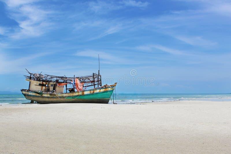 Barco na costa de Tailândia fotos de stock royalty free