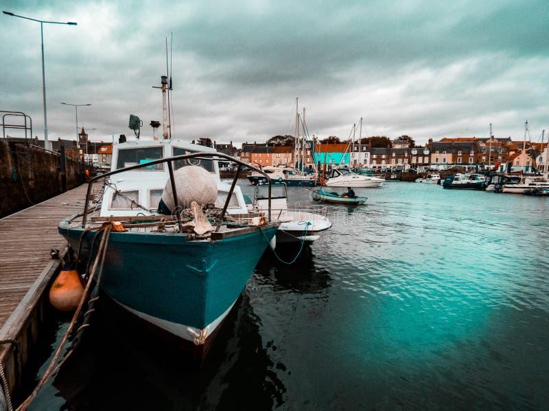 Barco na costa oeste de Escócia imagem de stock