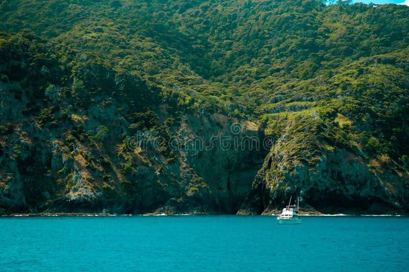 Barco na frente de um console verde imagem de stock royalty free