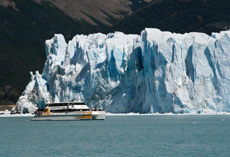 Barco na geleira Perito Moreno no EL Calafate, Patagonia, Argentina fotografia de stock royalty free