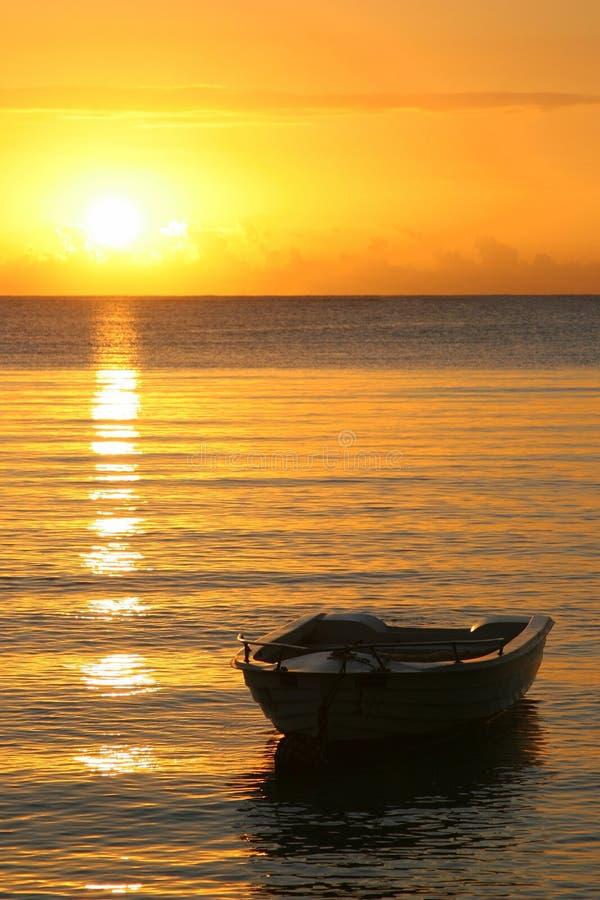 Barco na luz solar foto de stock