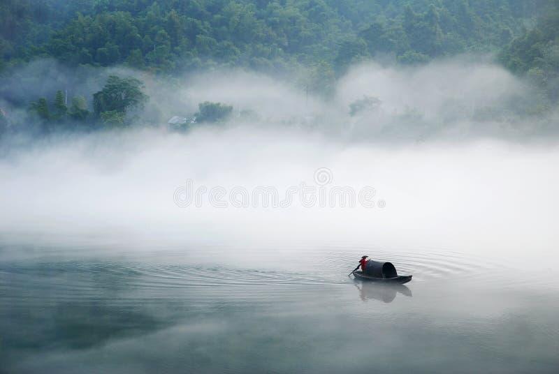 Barco na névoa fotografia de stock