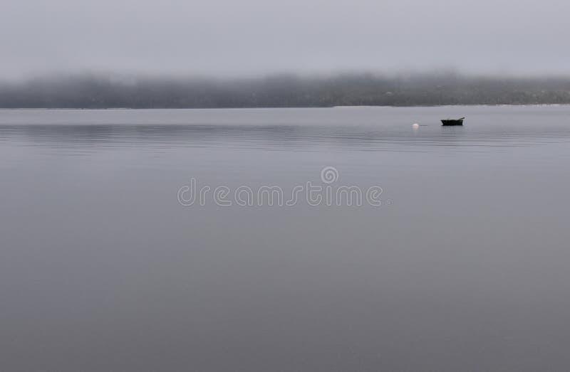 Barco na névoa místico fotografia de stock royalty free