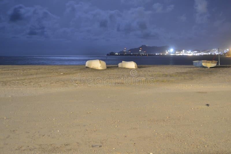 Barco na noite com mar imagens de stock royalty free