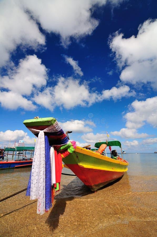 Barco na praia bonita na ilha de Koh Tao foto de stock royalty free