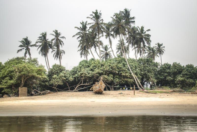 Barco na praia de Krokobite em Accra, Gana fotografia de stock