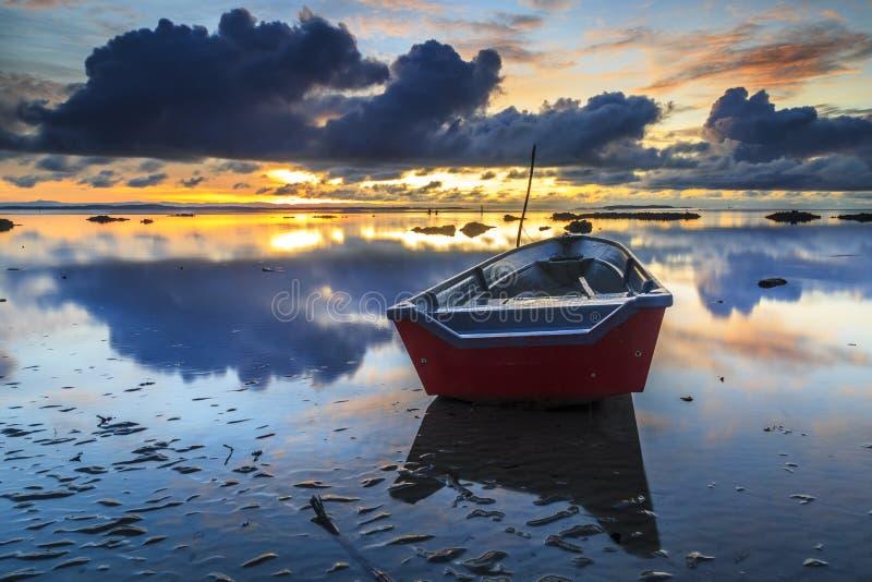 Barco na praia do aru de Tanjung, Labuan Malásia 20 foto de stock royalty free