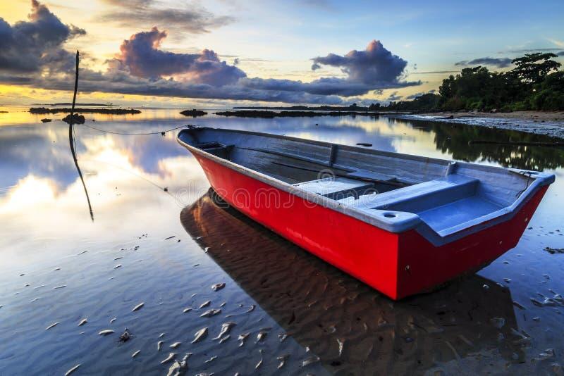 Barco na praia do aru de Tanjung, Labuan Malásia 14 imagem de stock
