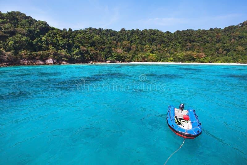 Barco na praia do paraíso foto de stock royalty free
