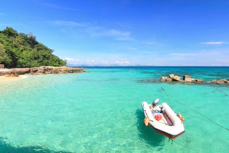 Barco na praia do paraíso na ilha do maiton do Koh, phuket, Tailândia foto de stock