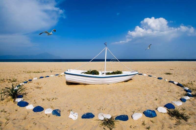 Barco na praia grega decorada em azul e em branco fotografia de stock