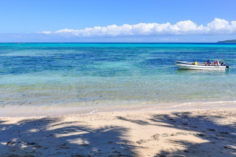 Download Barco Na Praia Na Ilha De Nacula Em Fiji Foto de Stock Editorial - Imagem de romântico, verão: 80100798
