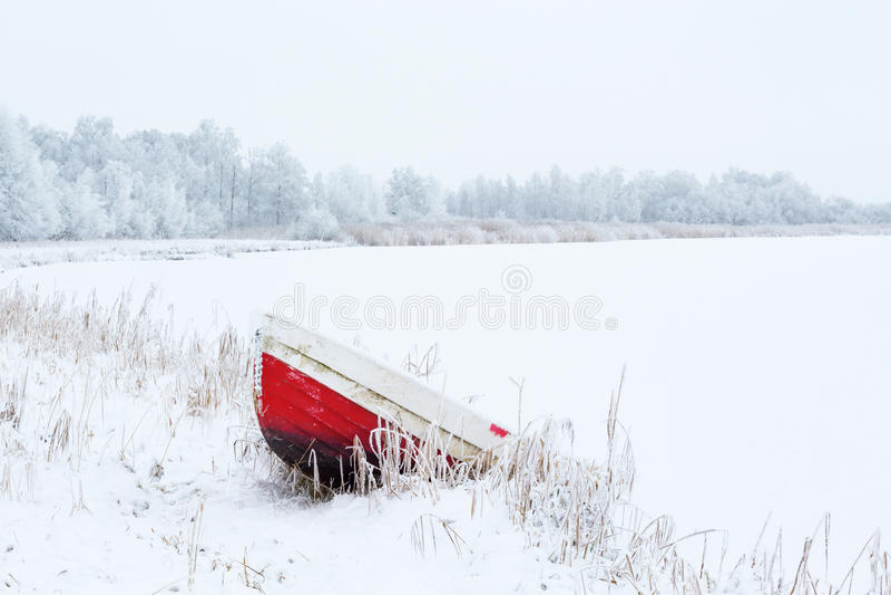 Barco na praia na paisagem do inverno imagem de stock