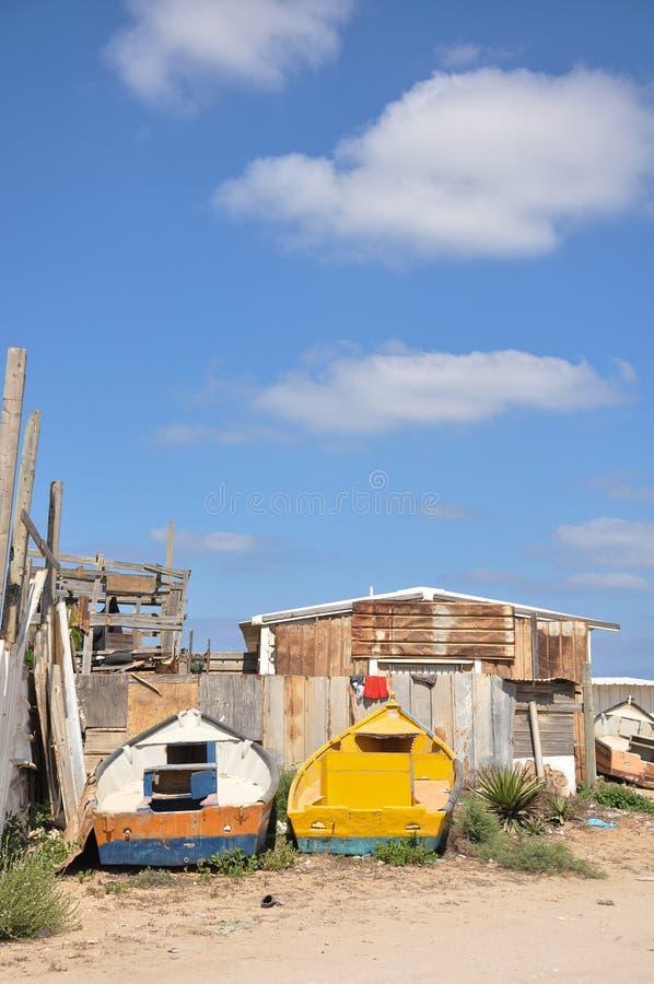 Barco na terra com céu azul, ckauds e shak do okd imagens de stock royalty free
