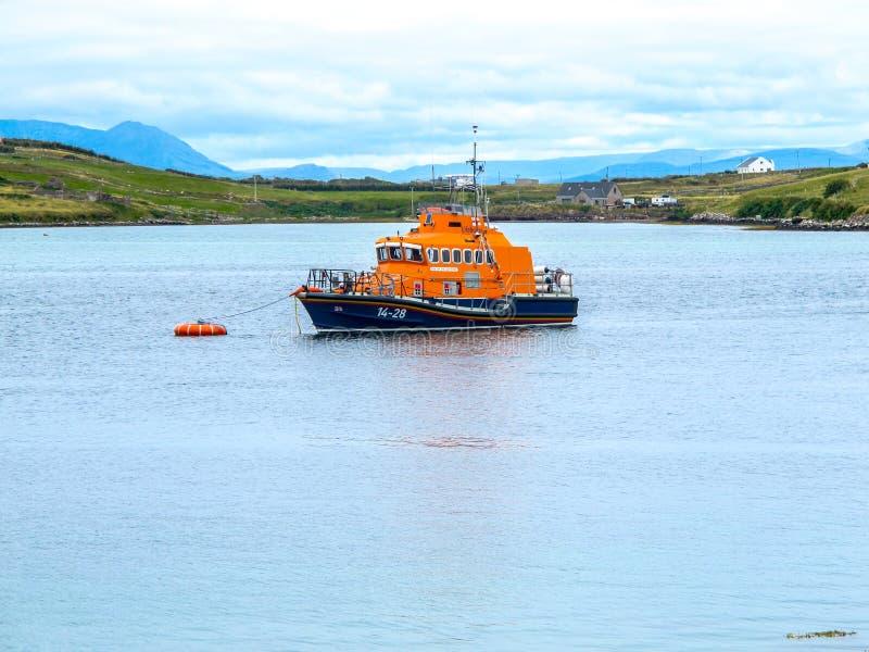 Barco nacional real de la institución del bote salvavidas en el sonido Mayo Ireland de Achill fotos de archivo
