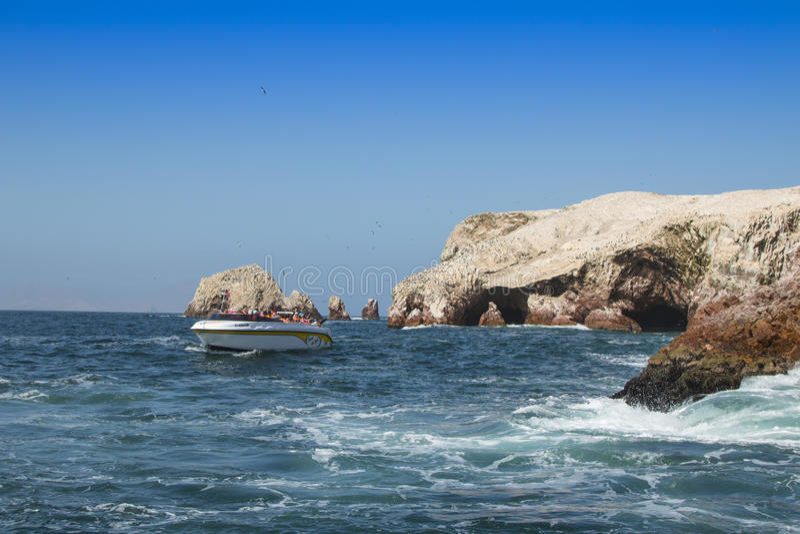 Barco nas ilhas de Ballestas foto de stock royalty free