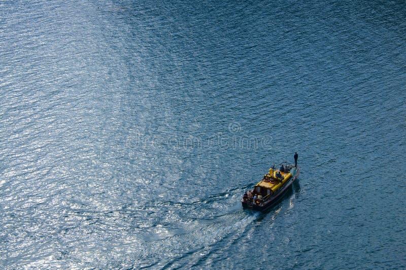 Barco nas voltas do mar foto de stock royalty free