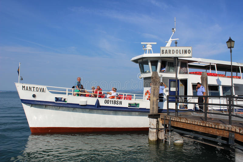 Barco no cais em Bardolino no lago Garda, Itália fotografia de stock royalty free