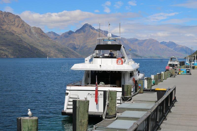 Barco no cais em Queenstown no lago Wakatipu, NZ imagem de stock